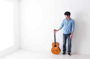 ギターを持つ男性の写真素材 [FYI04700124]