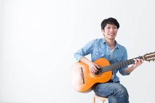 ギターを弾く男性の写真素材 [FYI04700128]