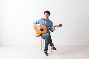 ギターを弾く男性の写真素材 [FYI04700134]