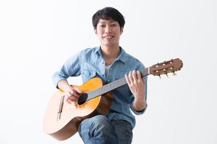 ギターを弾く男性の写真素材 [FYI04700136]