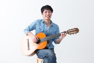 ギターを弾く男性の写真素材 [FYI04700137]
