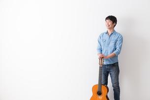 ギターを持つ男性の写真素材 [FYI04700139]