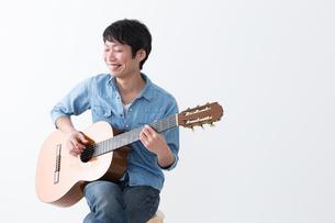 ギターを弾く男性の写真素材 [FYI04700142]