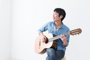 ギターを弾く男性の写真素材 [FYI04700143]