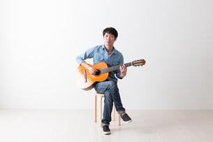 ギターを弾く男性の写真素材 [FYI04700144]