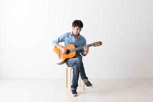 ギターを弾く男性の写真素材 [FYI04700145]