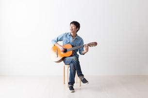 ギターを弾く男性の写真素材 [FYI04700146]