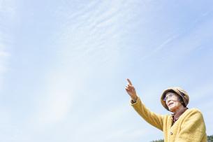 空を指差す高齢夫婦の写真素材 [FYI04700151]