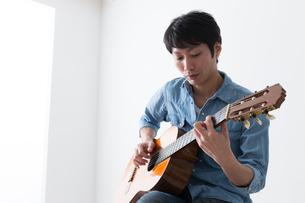 ギターを弾く男性の写真素材 [FYI04700152]