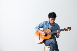 ギターを弾く男性の写真素材 [FYI04700154]