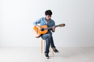 ギターを弾く男性の写真素材 [FYI04700157]
