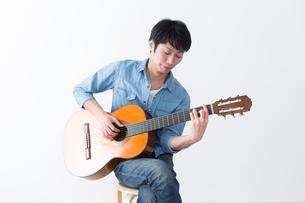 ギターを弾く男性の写真素材 [FYI04700158]