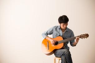 ギターを弾く男性の写真素材 [FYI04700161]