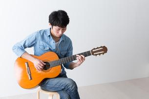 ギターを弾く男性の写真素材 [FYI04700164]