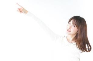 指をさす女性の写真素材 [FYI04700193]