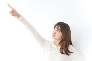 指をさす女性の写真素材 [FYI04700202]