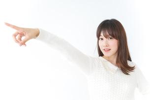 指をさす女性の写真素材 [FYI04700204]