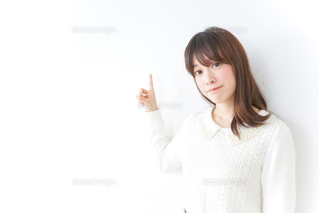 指をさす女性の写真素材 [FYI04700205]