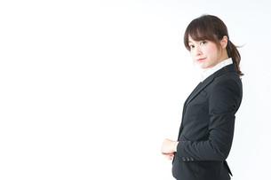 スーツでオフィスに座るビジネスウーマンの写真素材 [FYI04700246]