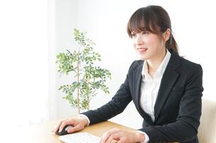 パソコンを使うビジネスウーマンの写真素材 [FYI04700303]