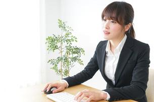 パソコンを使うビジネスウーマンの写真素材 [FYI04700304]