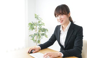 パソコンを使うビジネスウーマンの写真素材 [FYI04700305]