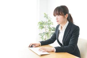 パソコンを使うビジネスウーマンの写真素材 [FYI04700309]