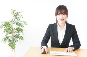 パソコンを使うビジネスウーマンの写真素材 [FYI04700315]