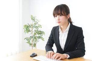 パソコンを使うビジネスウーマンの写真素材 [FYI04700316]
