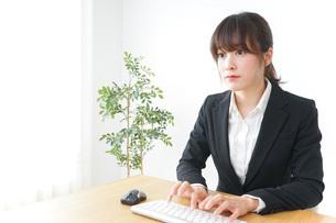 パソコンを使うビジネスウーマンの写真素材 [FYI04700323]