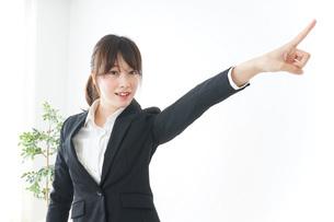 指をさすビジネスウーマンの写真素材 [FYI04700343]