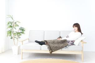 部屋でリラックスをする若い女性の写真素材 [FYI04700396]