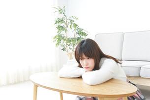 自宅でパソコンを使う女性の写真素材 [FYI04700414]