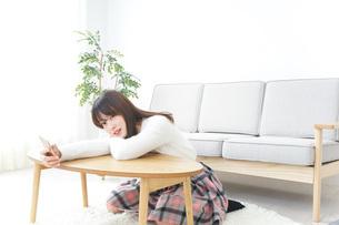 自宅でパソコンを使う女性の写真素材 [FYI04700415]