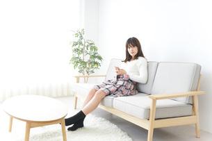 自宅でパソコンを使う女性の写真素材 [FYI04700430]