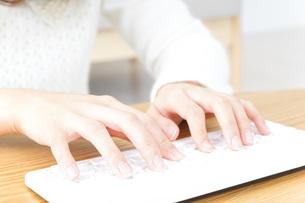 自宅でパソコンを使う女性の写真素材 [FYI04700455]