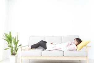 部屋でリラックスをする若い女性の写真素材 [FYI04700463]