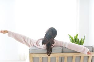 部屋でリラックスをする若い女性の写真素材 [FYI04700471]