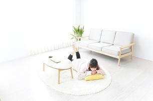 部屋でリラックスをする若い女性の写真素材 [FYI04700485]