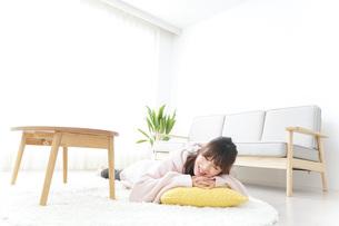 部屋でリラックスをする若い女性の写真素材 [FYI04700486]