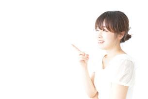 ポイントを指差す若い女性の写真素材 [FYI04700512]