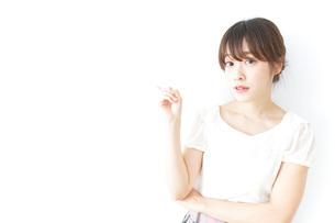 ポイントを指差す若い女性の写真素材 [FYI04700513]