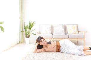 自宅でくつろぐ女性の写真素材 [FYI04700589]