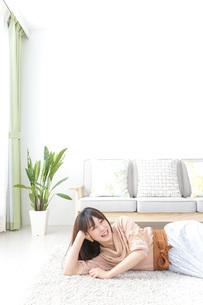 自宅でくつろぐ女性の写真素材 [FYI04700592]