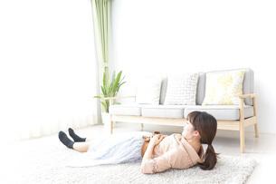 自宅でくつろぐ女性の写真素材 [FYI04700593]