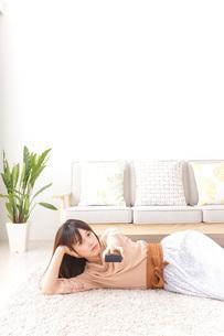 自宅でくつろぐ女性の写真素材 [FYI04700594]