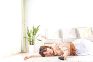 自宅でくつろぐ女性の写真素材 [FYI04700595]