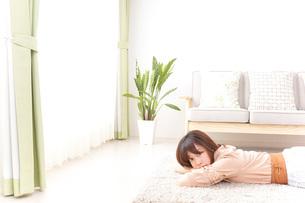 自宅でくつろぐ女性の写真素材 [FYI04700596]