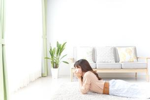 自宅でくつろぐ女性の写真素材 [FYI04700598]