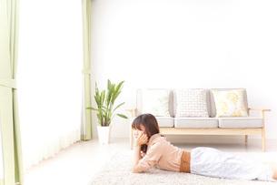 自宅でくつろぐ女性の写真素材 [FYI04700600]